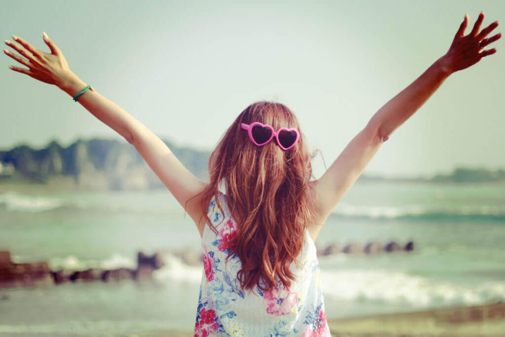 海辺で万歳する女の子