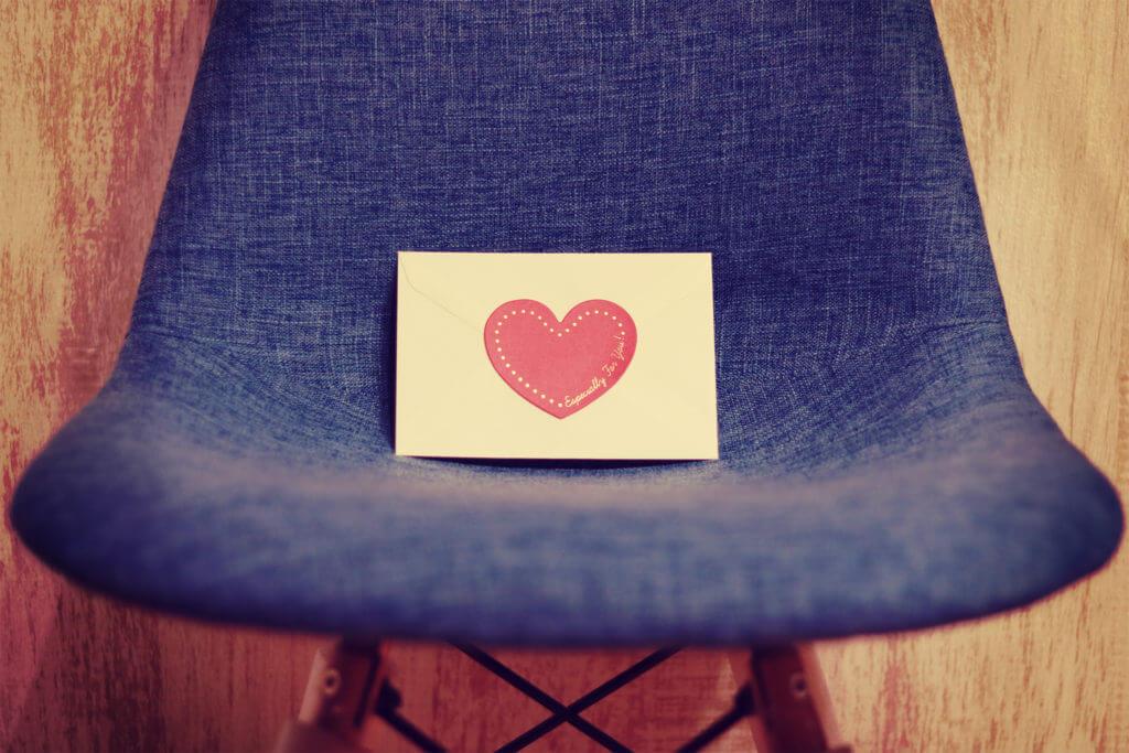 椅子の上にハートの手紙