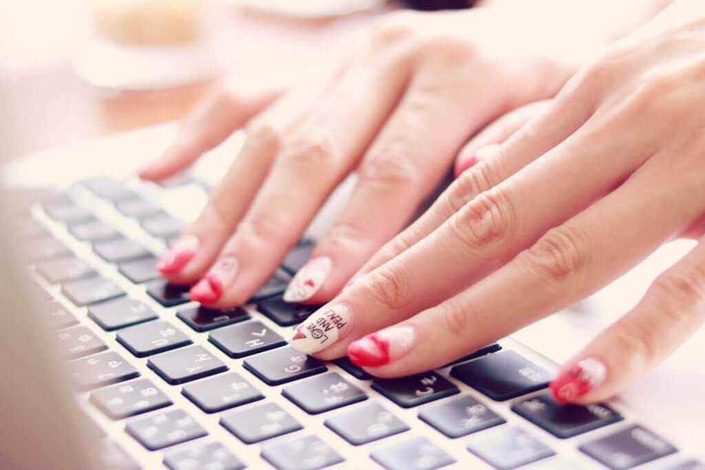 キーボードを入力する女性の手