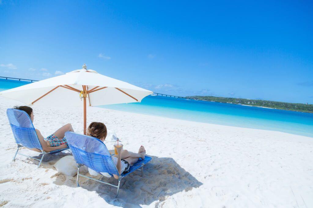 砂浜でリゾートを満喫しているカップル