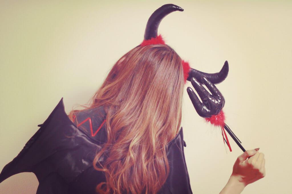 首をかしげる悪魔な女の子