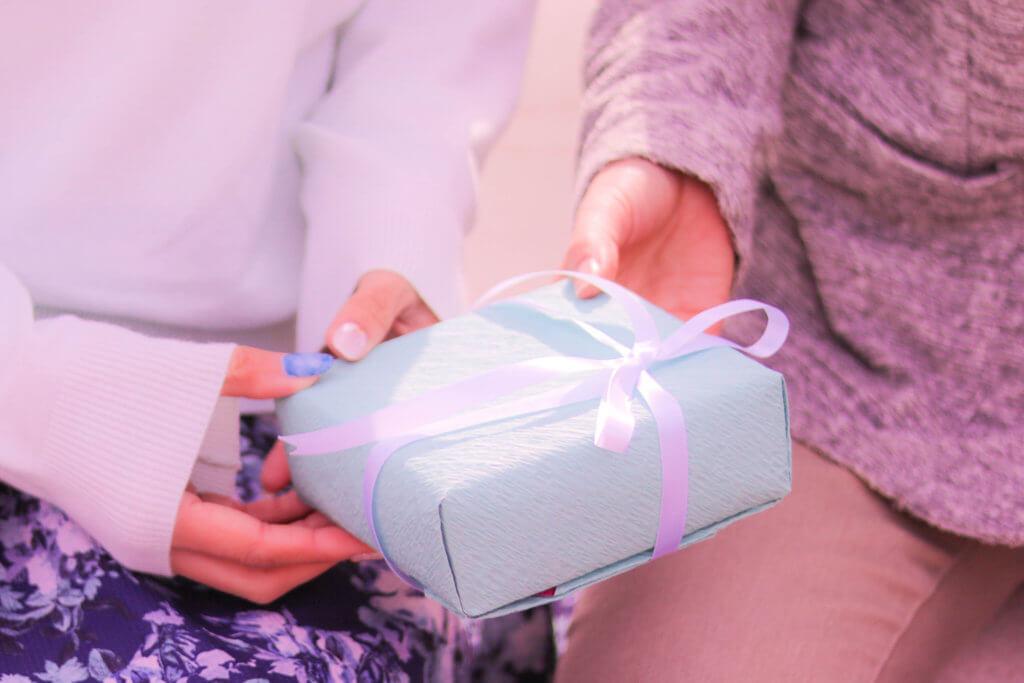 ホワイトデーのプレゼントを渡す女の子