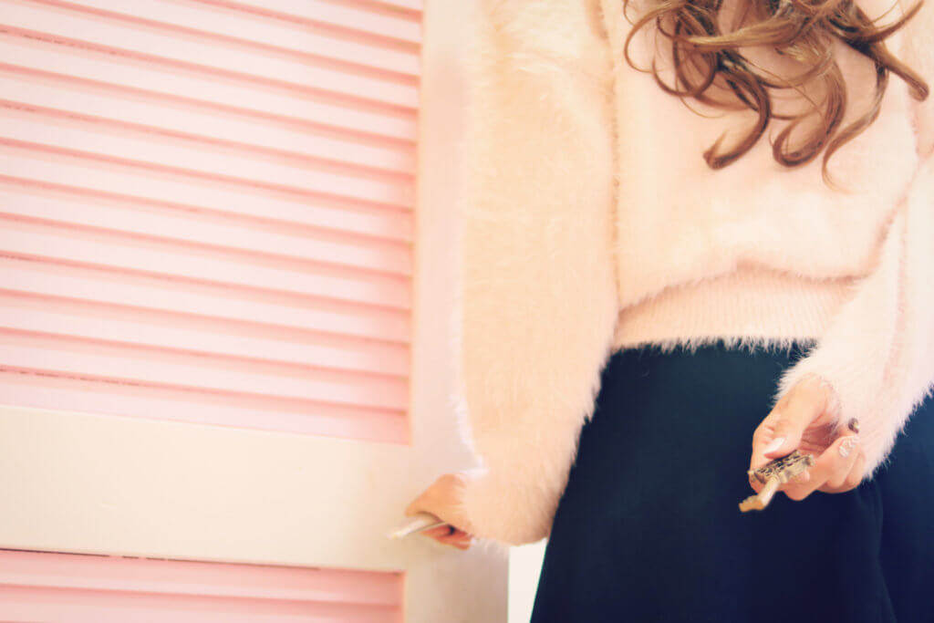 ピンクのドアを開ける女の子